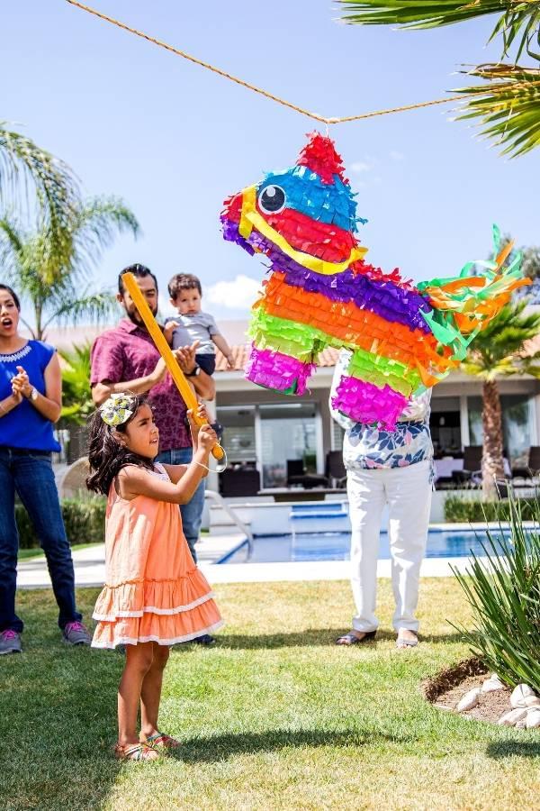 Niña Golpea Piñata