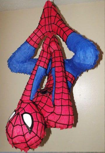 piñata de spiderman colgando