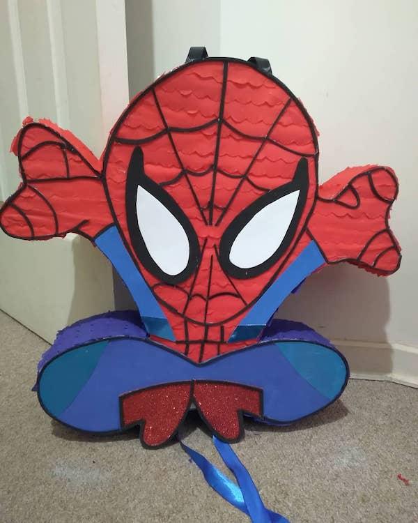 pinata spiderman colgado